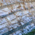 Cantera de yesos grises y blancos, laminados, del Triásico superior: Unidad K5 (Keuper, sector de Torrequebradilla)