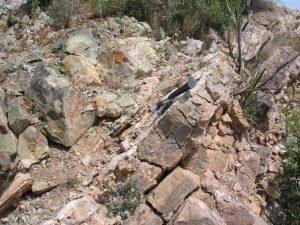 Roca subvolcánica por encima de estratos de carbonatos